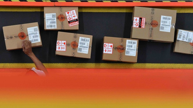 Pekerja menyortir barang pesanan konsumen saat Hari Belanja Online Nasional (Harbolnas) 2018 di Warehouse Lazada, Depok, Jawa Barat, Rabu, 12 Desember 2018.