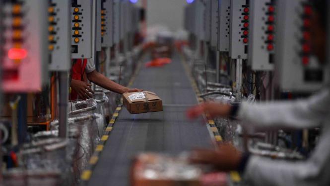 Pekerja menaruh barang pesanan konsumen saat Hari Belanja Online Nasional (Harbolnas) 2018 di Warehouse Lazada, Depok, Jawa Barat, Rabu, 12 Desember 2018.