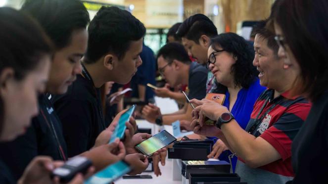 Telepon - smartphone - mobile phone - hp - gadget - internet - generasi milenial