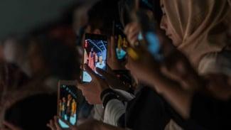 Ilustrasi mengakses internet dari smartphone.