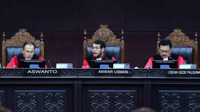 Ketua Majelis Hakim Mahkamah Konstitusi (MK) Anwar Usman (tengah) didampingi hakim MK Aswanto (kiri) dan I Dewa Gede Palguna memimpin sidang putusan uji materi di Ruang Sidang Gedung MK, Jakarta