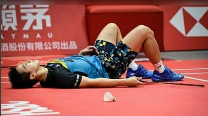 Marcus Fernaldi Gideon terbaring di lapangan Final Tur BWF 2018.