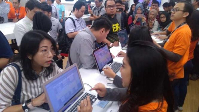 Suasana antre saat membeli iPhone XS, XS Max, dan XR di iBox Central Park Mall Jakarta, Jumat, 14 Desember 2018.