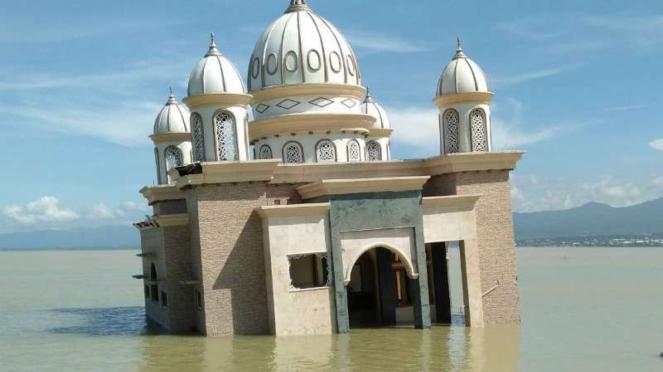 Masjid apung di kawasan Pantai Talise, Palu, Sulawesi Tengah.