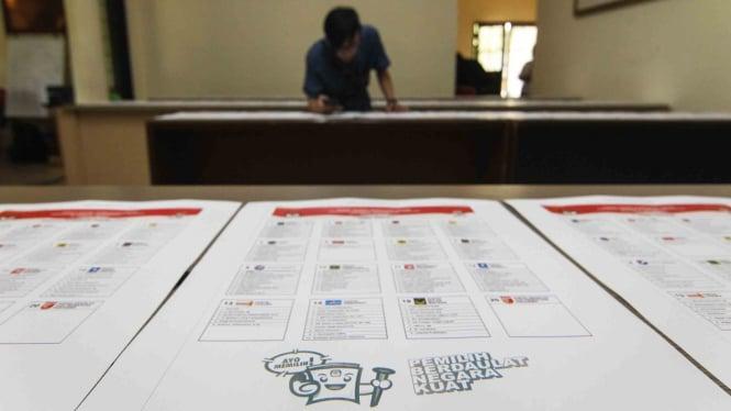 Perwakilan partai memeriksa contoh surat suara Pemilu 2019 di kantor Komisi Pemilihan Umum (KPU), Jakarta