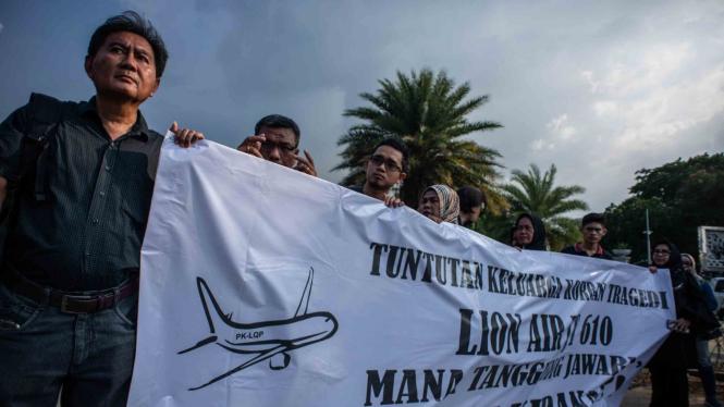 Keluarga korban jatuhnya pesawat Lion Air JT610 melakukan aksi di Taman Aspirasi Monas, Jakarta
