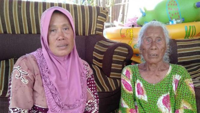 Zakiyah (kanan), warga asal Lombok yang menjadi korban gempa dan tsunami di Palu, Sulawesi Tengah.
