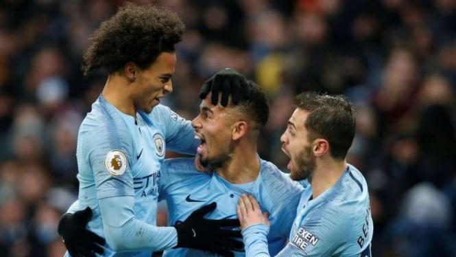 Para pemain Manchester City merayakan gol Gabriel Jesus (tengah)