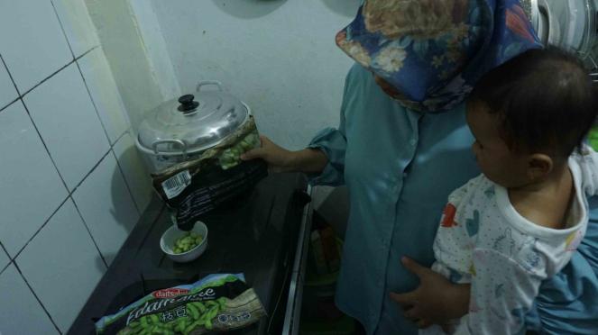 Mengonsumsi edamame atau kedelai Jepang produk PT Kenkyo Foods Tech Industry di Jakarta