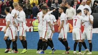 Para pemain Sevilla merayakan gol Pablo Sarabia (paling kanan)
