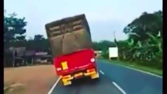 Aksi truk oleng