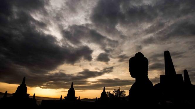 Suasana matahari terbit di kawasan Taman Wisata Candi (TWC) Borobudur, Magelang, Jawa Tengah, Sabtu, 15 Desember 2018.