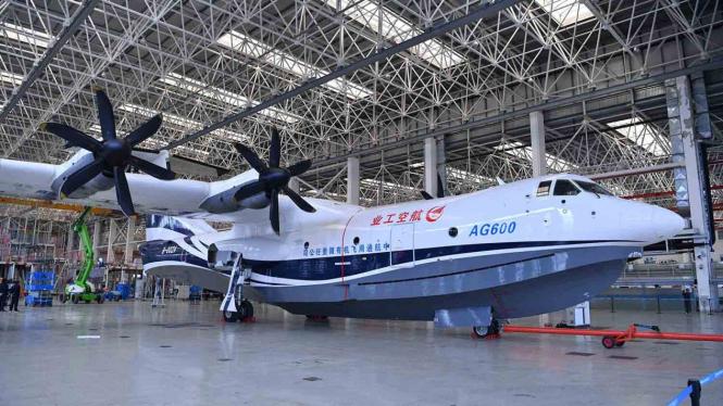 Pekerja melakukan pemeliharaan dan perawatan pesawat amfibi AG-600 di dalam hanggar China Aviation Industry General Aircraft Co., Ltd. di Zhuhai, Guangdong, Cina, Jumat, 14 Desember 2018.