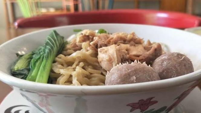 Cicip Mi Ayam Khas Tulodong 18, Nikmat Ditemani Kopi Kelapa