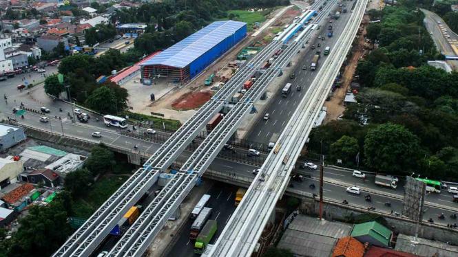 Pekerja menyelesaikan pengerjaan proyek pembangunan infrastruktur, di ruas Jalan Tol Jakarta-Cikampek, di Bekasi, Jawa Barat.