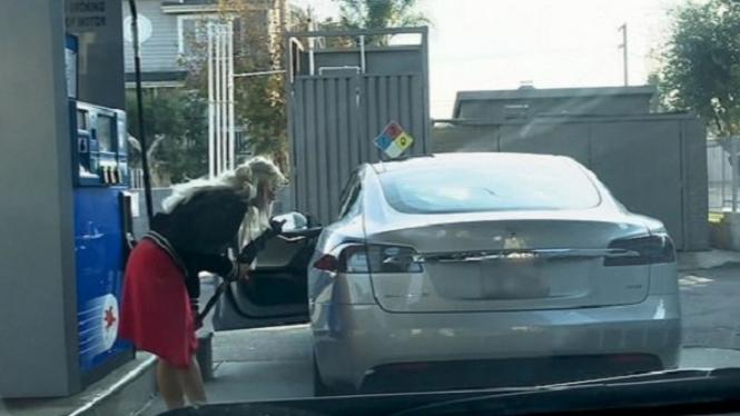Viral, Video Cewek Cantik Mencoba Isi Mobil Listrik Pakai Bensin