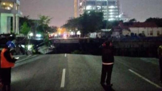 Jalan Raya Gubeng Di Surabaya Mendadak Ambles