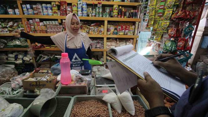 Tim Satgas Pangan Kota Surabaya berdialog dengan pedagang saat melakukan inspeksi mendadak di Pasar Pucang Anom, Surabaya, Jawa Timur