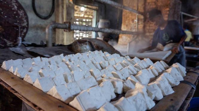 Pekerja memproduksi tahu dari bahan baku kedelai di sentra produksi tahu di Kabupaten Batang, Jawa Tengah