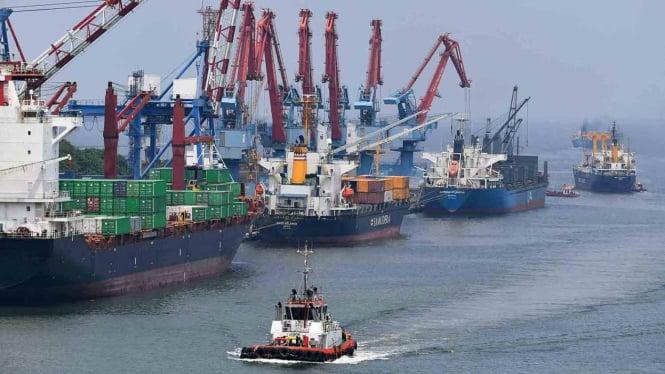 Kapal tunda melintas di antara kapal yang melakukan bongkar muat peti kemas di Pelabuhan Tanjung Priok, Jakarta Utara