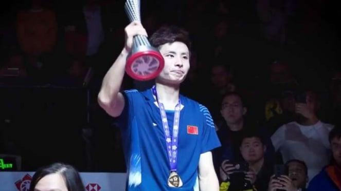Shi Yuqi mengangkat piala final World Tour Finals BWF 2018.