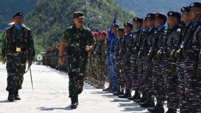 Panglima TNI Marsekal Hadi Tjahjanto periksa pasukan di Natuna beberapa waktu lalu.