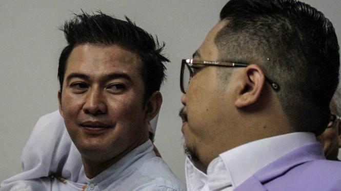 Terdakwa selaku Caleg DPR dari PAN Mandala Shoji (kiri) bersiap mengikuti sidang putusan kasus pelanggaran kampanye di Pengadilan Negeri Jakarta Pusat