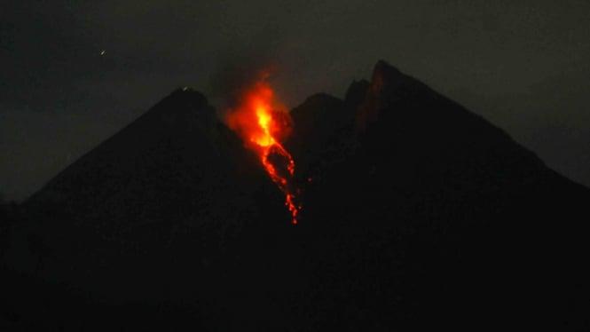 Guguran lava pijar Gunung Merapi terlihat dari Balerante, Kemalang, Klaten, Jawa Tengah, 19 Desember 2018.