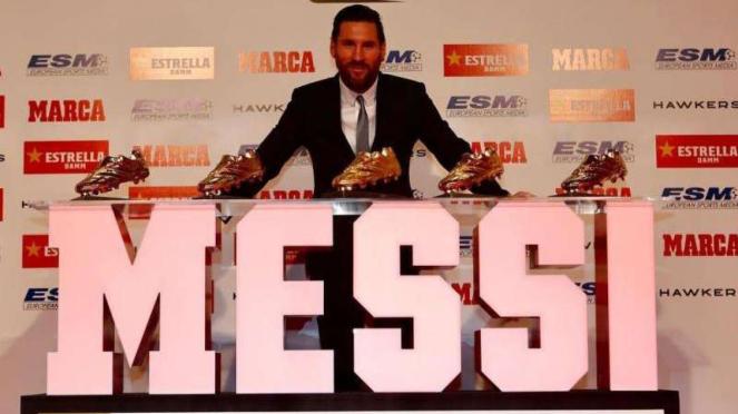 Lionel Messi saat sedang memamerkan gelar Sepatu Emas yang kelima.