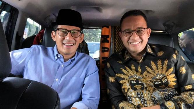 Gubernur DKI Jakarta, Anies Baswedan (kanan) bersama calon Wakil Presiden nomor urut 02, Sandiaga Uno (kiri) saat menghadiri Konferensi Nasional Partai Gerindra di Sentul International Convention Centre, Bogor, Jawa Barat, Senin, 17 Desember 2018.