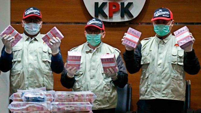 Penyidik menunjukkan barang bukti uang saat konferensi pers terkait Operasi Tangkap Tangan kasus korupsi pejabat pada Kementerian Pemuda dan Olahraga (Kemenpora) serta pengurus Komite Olahraga Nasional Indonesia (KONI) di Gedung KPK, Jakarta, Rabu, 19 Des