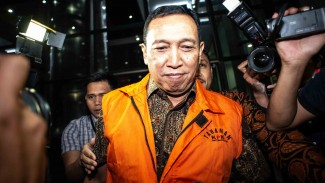 Sekjen KONI Ending Fuad Hamidy (tengah) berjalan keluar seusai menjalani pemeriksaan di Gedung KPK, Jakarta, Kamis, 20 Desember 2018.