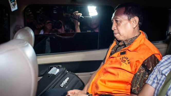 Sekjen KONI Ending Fuad Hamidy berada di dalam mobil tahanan seusai menjalani pemeriksaan di Gedung KPK, Jakarta, Kamis, 20 Desember 2018.