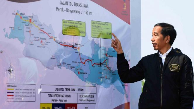 Presiden Joko Widodo mengamati peta jalan tol disela peresmian ruas jalan Trans Jawa di Interchange Bandar kilometer 671, Jombang, Jawa Timur, Kamis, 20 Desember 2018.