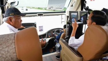Presiden Joko Widodo (kanan) berbincang dengan Menteri PUPR Basuki Hadimuljono (kiri) di dalam bus saat perjalanan meninjau ruas Tol Trans Jawa di Jawa Tengah.