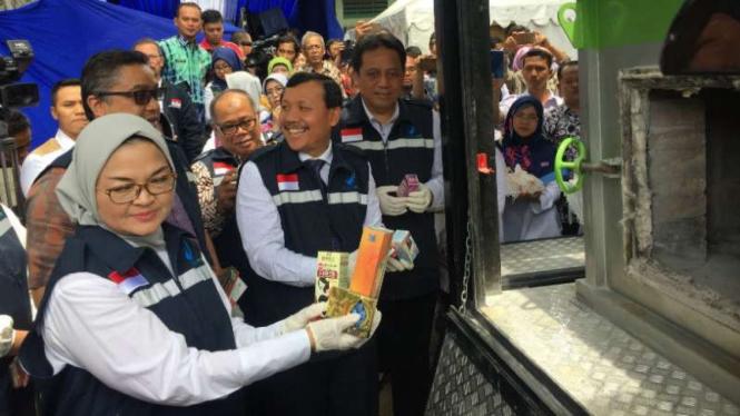 Kepala BPOM Penny K Lukito dalam seremoni pemusnahan produk kosmetik dan obat ilegal di Bandung, Jawa Barat, Kamis, 20 Desember 2018.