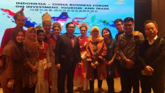 Duta Besar RI untuk China, Djauhari Oratmangun (tengah) bersama Delegasi Indonesia dalam Forum Bisnis di Kota Wuhan, Tiongkok, beberapa waktu lalu.