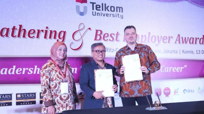 Penandatanganan MoU Telkom University Bandung dengan Telkomtelstra