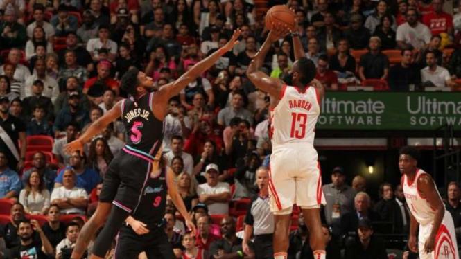 Pertandingan NBA antara Houston Rockets melawan Miami Heat