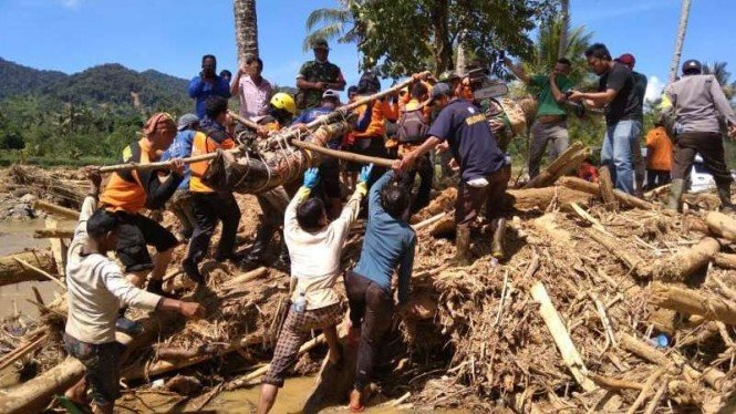 Proses Evakuasi Korban Banjir Bandang di Kabupaten Dairi