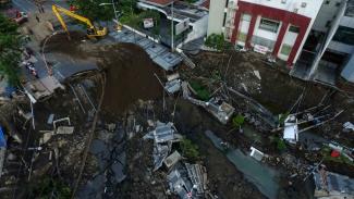 Foto aerial proses pengurukan di lokasi jalan ambles di Jalan Raya Gubeng, Surabaya, Jawa Timur