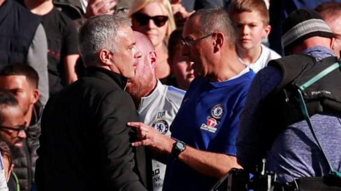 Jose Mourinho (kiri) dan manajer Chelsea, Maurizio Sarri (kanan)