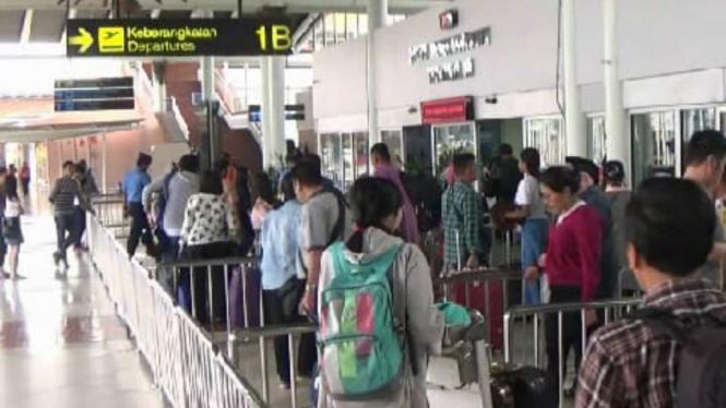Penumpang pesawat di bandara Soekarno Hatta.