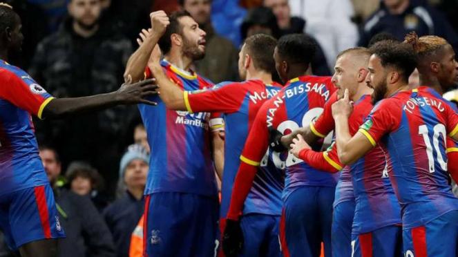 Pemain Crystal Palace rayakan gol ke gawang Manchester City.