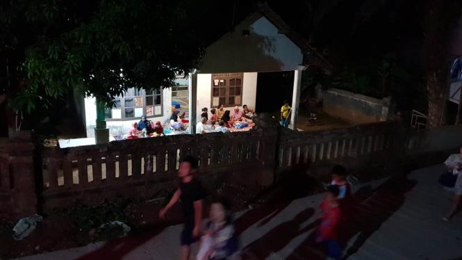 Warga di sekitar Pantai Anyer mengungsi pasca terjadinya tsunami di Selat Sunda, Sabtu, 22 Desember 2018.