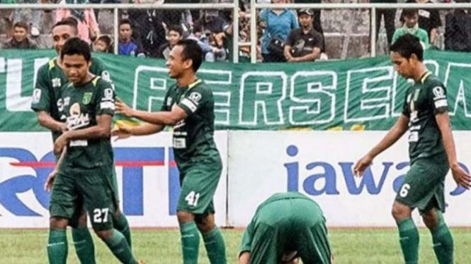 Pemain Persebaya Surabaya rayakan gol.