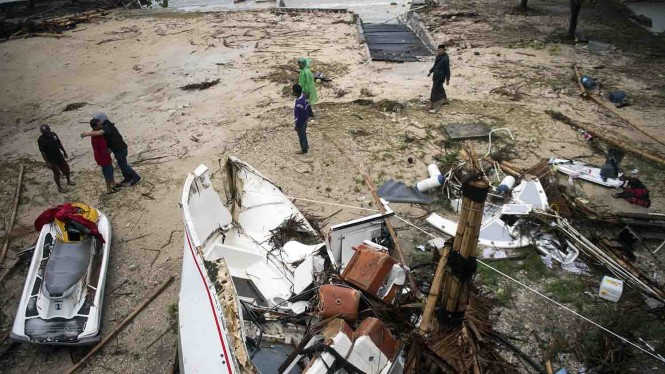 Sejumlah warga melintas di kawasan yang dilanda bencana Tsunami di Pantai Tanjung Lesung, Banten, Jawa Barat, Minggu, 23 Desember 2018.
