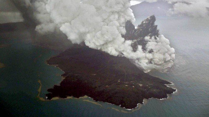 Foto udara letusan gunung Anak Krakatau di Selat Sunda, Minggu, 23 Desember 2018