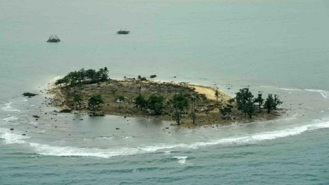Foto udara kerusakan akibat tsunami Selat Sunda di wilayah pesisir Pandeglang, Banten, Minggu, 23 Desember 2018.