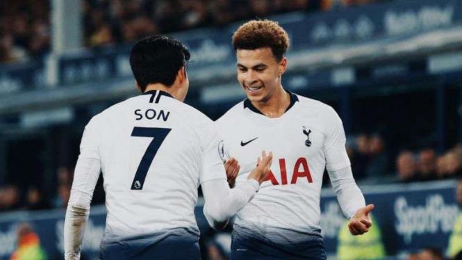 Gelandang Tottenham Hotspur, Dele Alli (kanan).